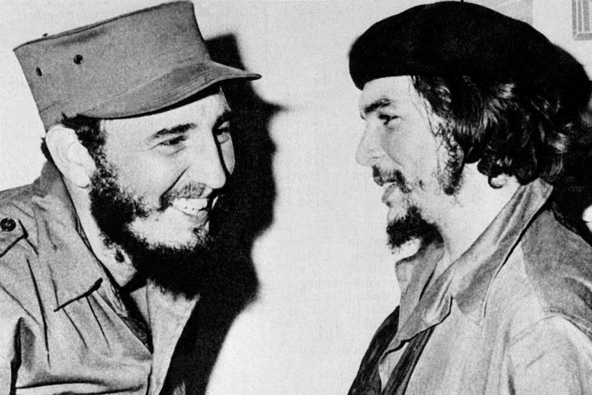 Fidel Castro (vlevo) a Che Guevara
