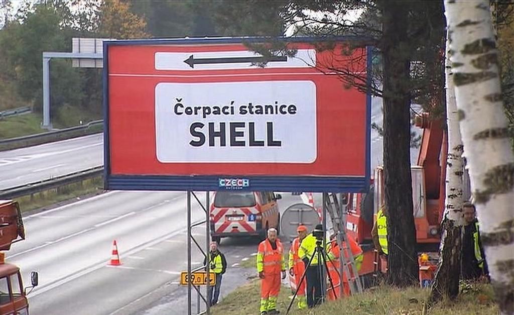 Silničáři odstraňují billboard na D1