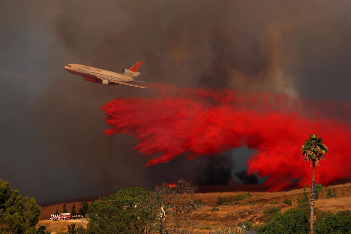 Hasicí letoun v kalifornském Orange