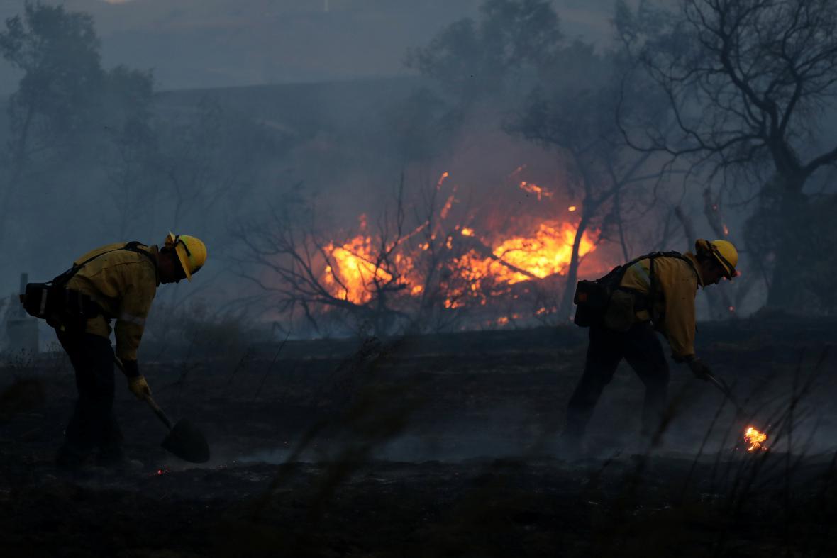 Hasiči bojují s plameny v Orange