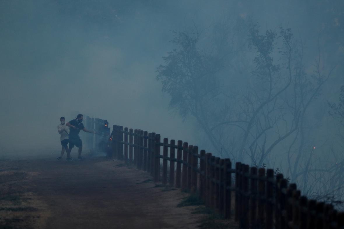 Obyvatelé Kalifornie prchají před plameny