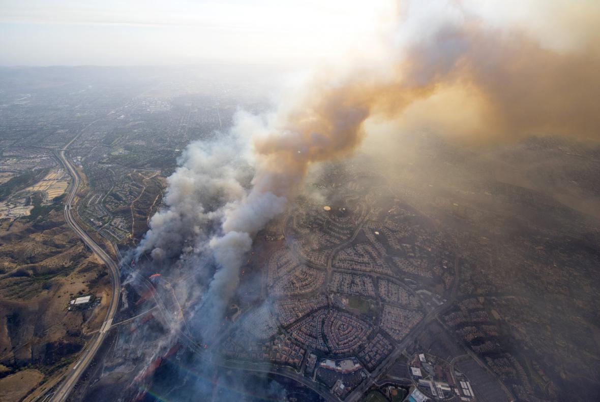 Požár v kalifornském Tustinu