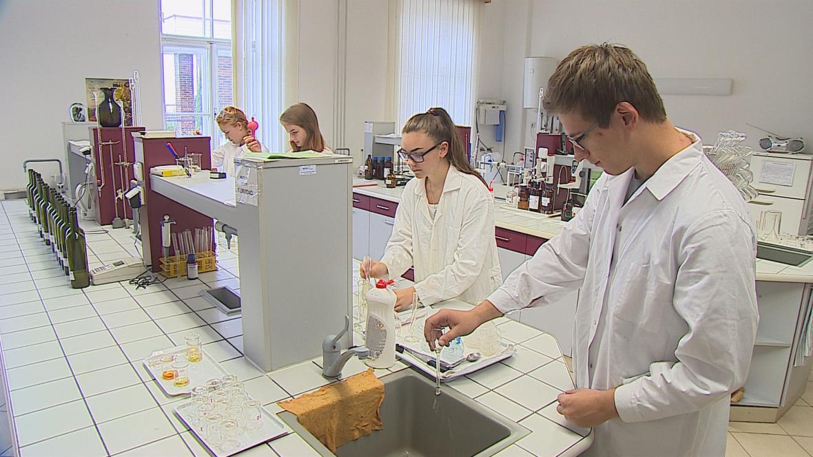 Budoucí vinaři v laboratoři