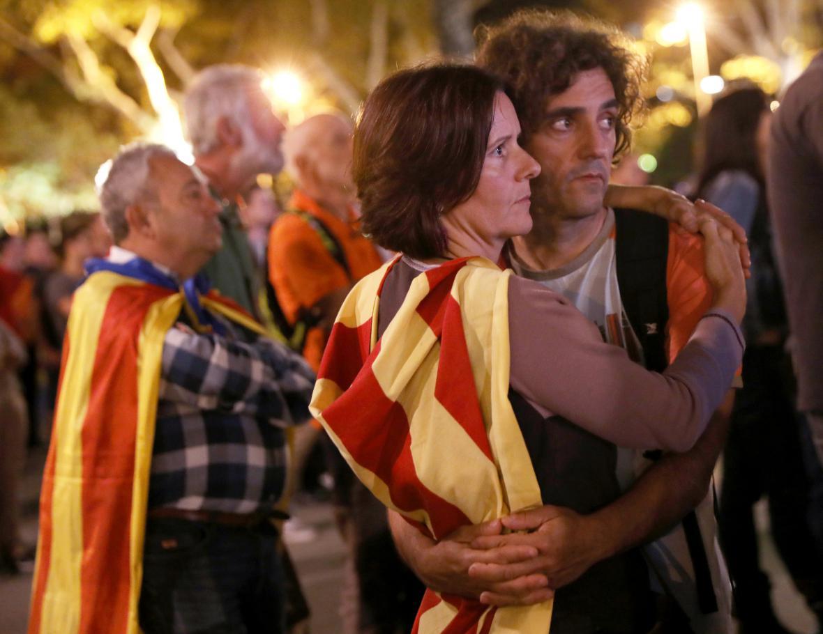 Lidé v Barceloně poslouchají premiérův projev