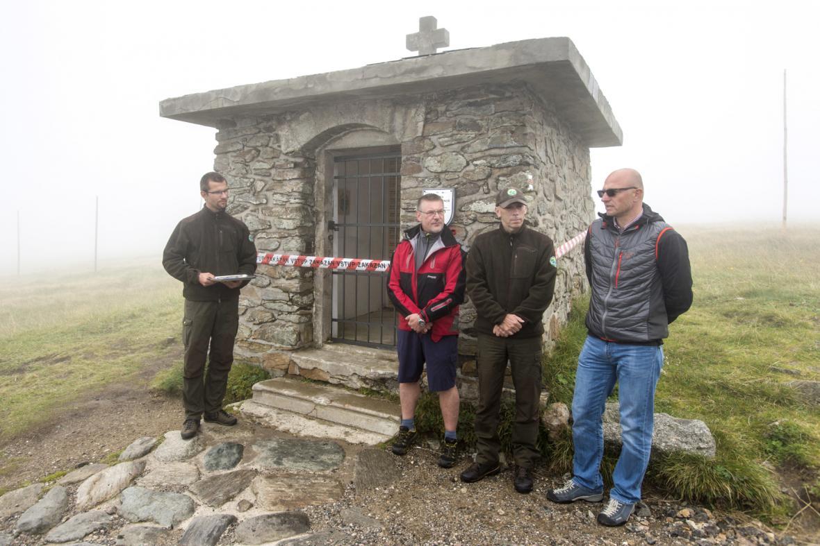Adolf Klepš (druhý zleva) při otevření opraveného Památníku obětem hor v Krkonoších (23.8.2016)