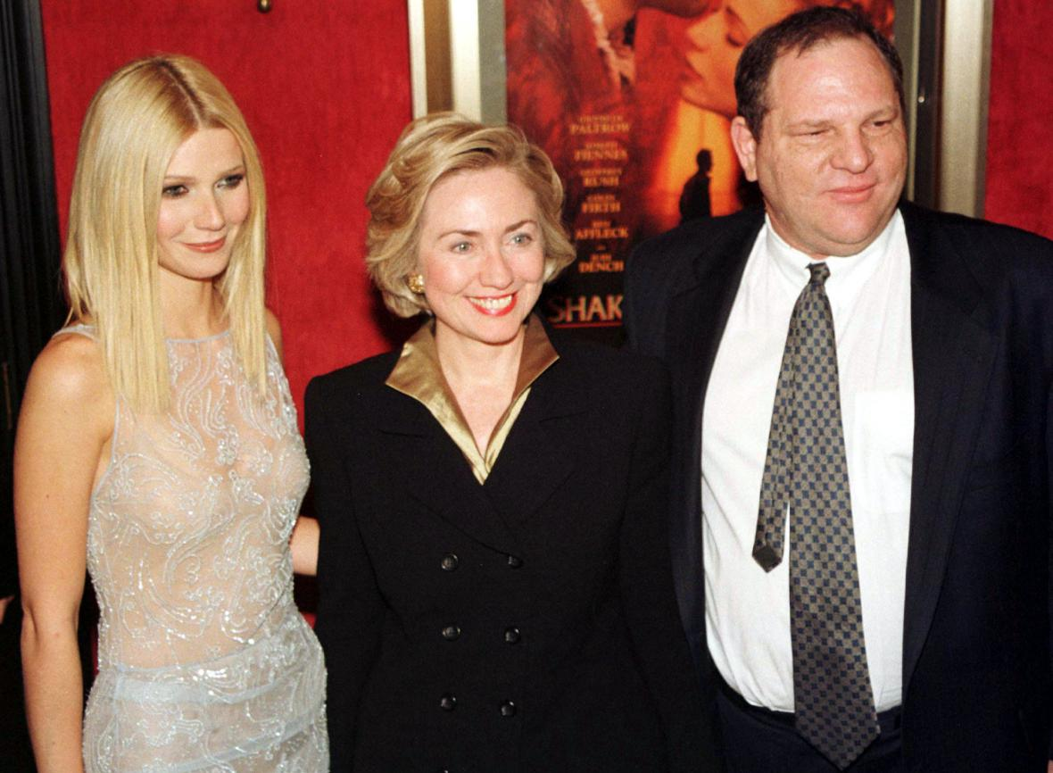 Herečka Gwyneth Paltrow, tehdejší první dáma Hillary Clintonová a Harvey Weinstein na fotografii z roku 1998