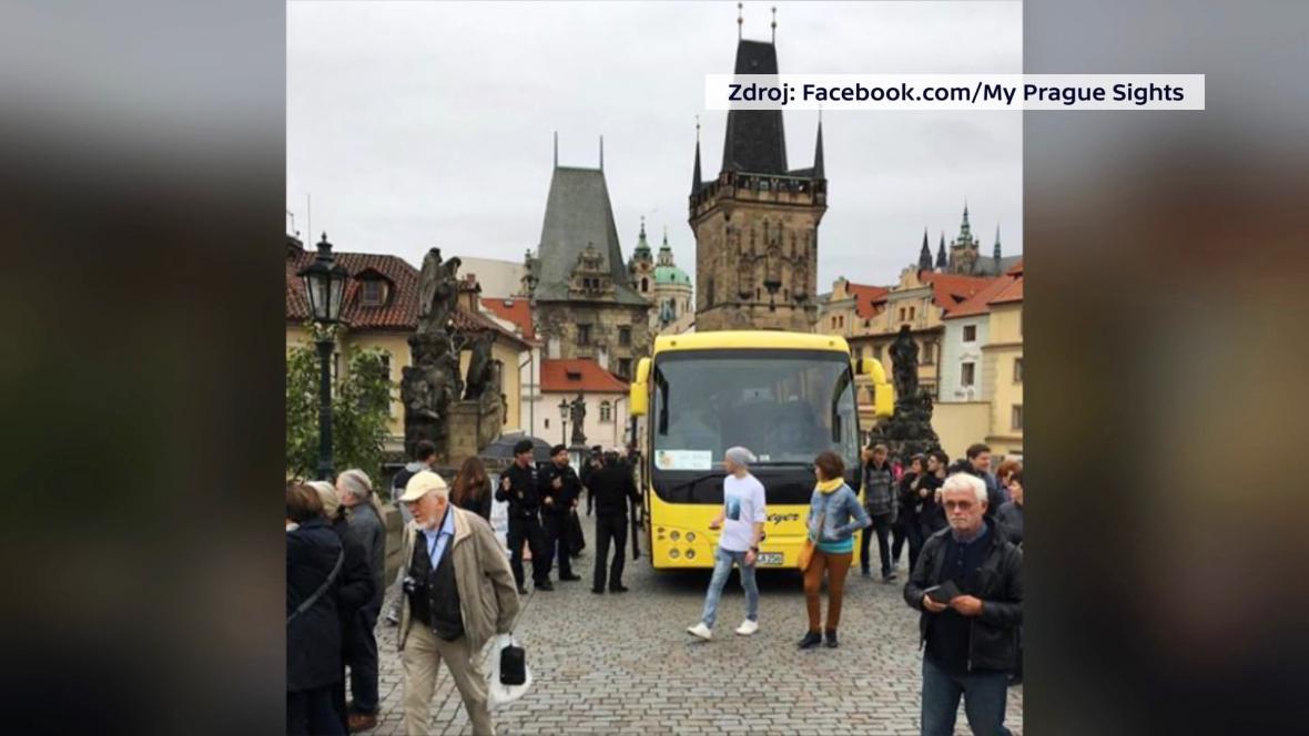 Autobus na Karlově mostě
