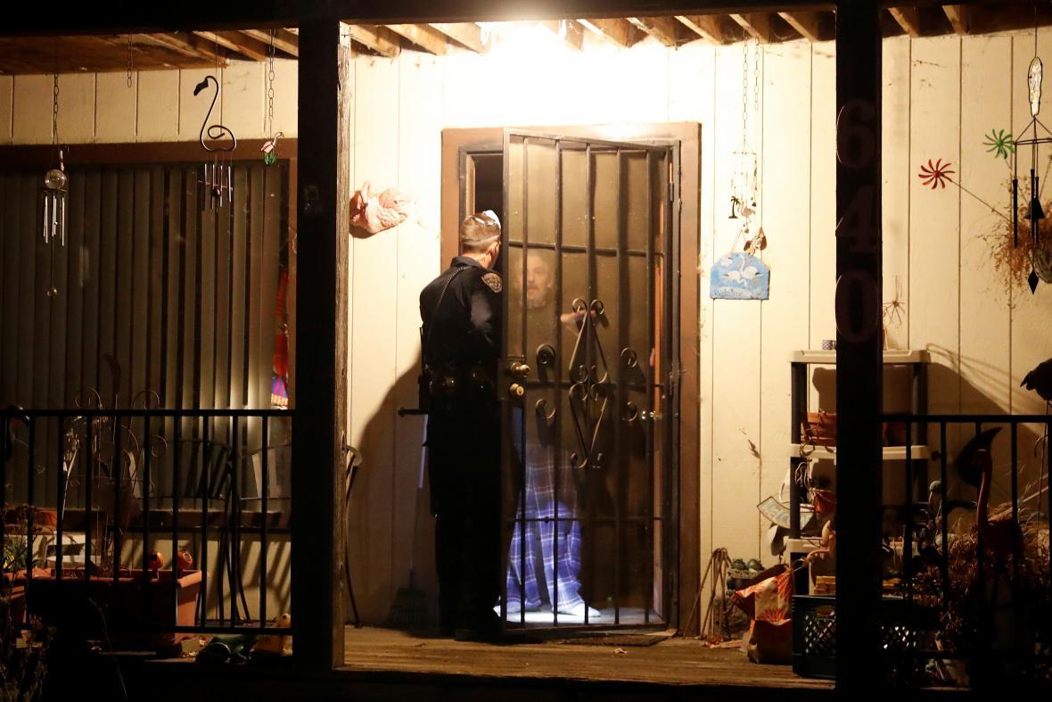Strážník kvůli blížícímu se požáru obchází domy v Sonomě