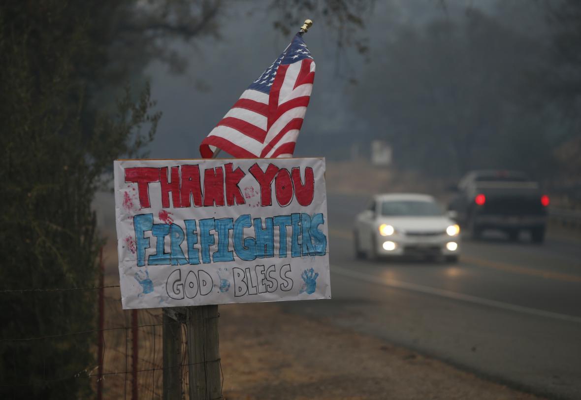 Cedule s poděkováním hasičům v Boyes Hot Springs