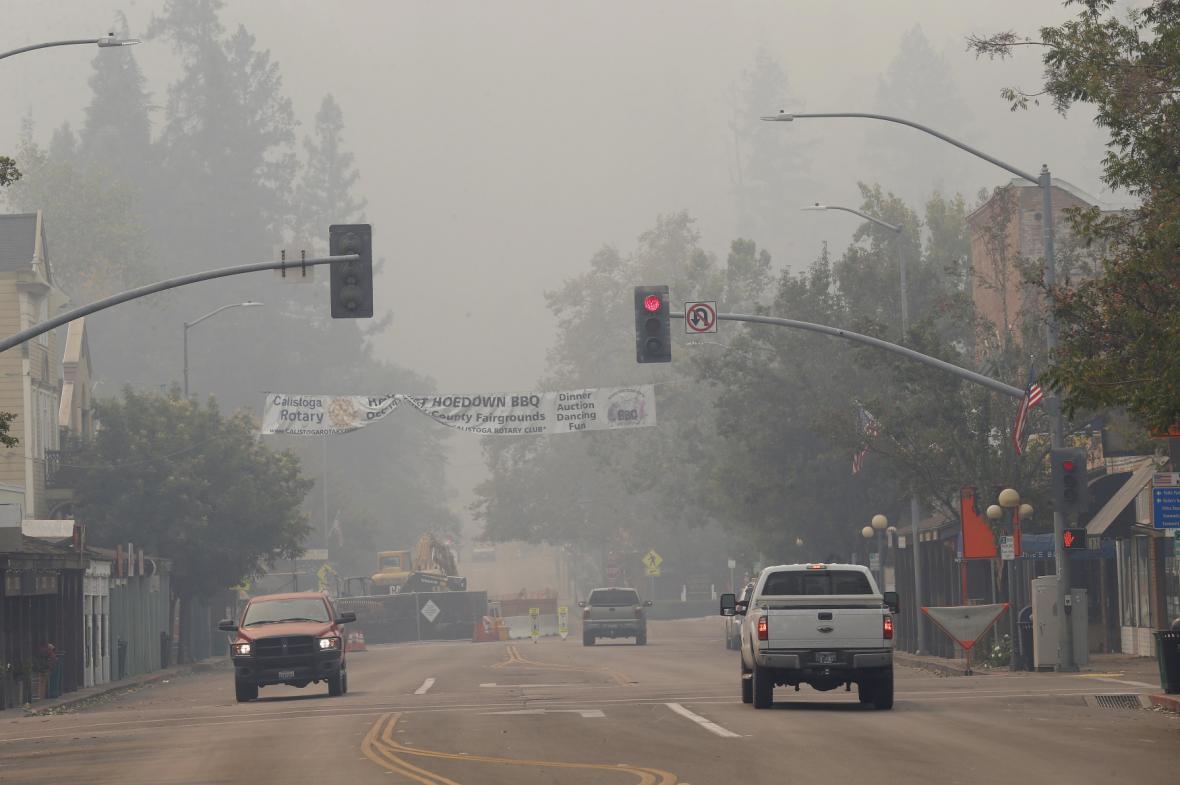 Kouř zahalil městečko Calistoga