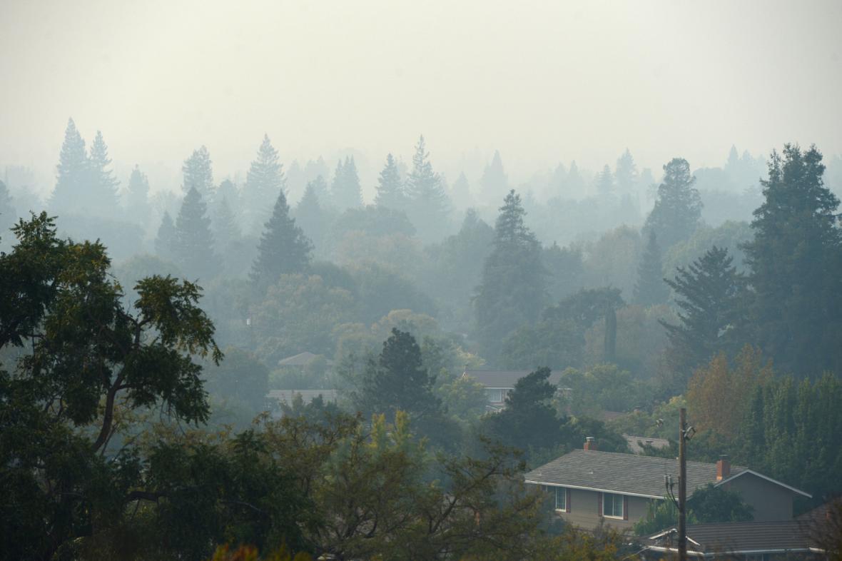 Okolí požárů halí dým