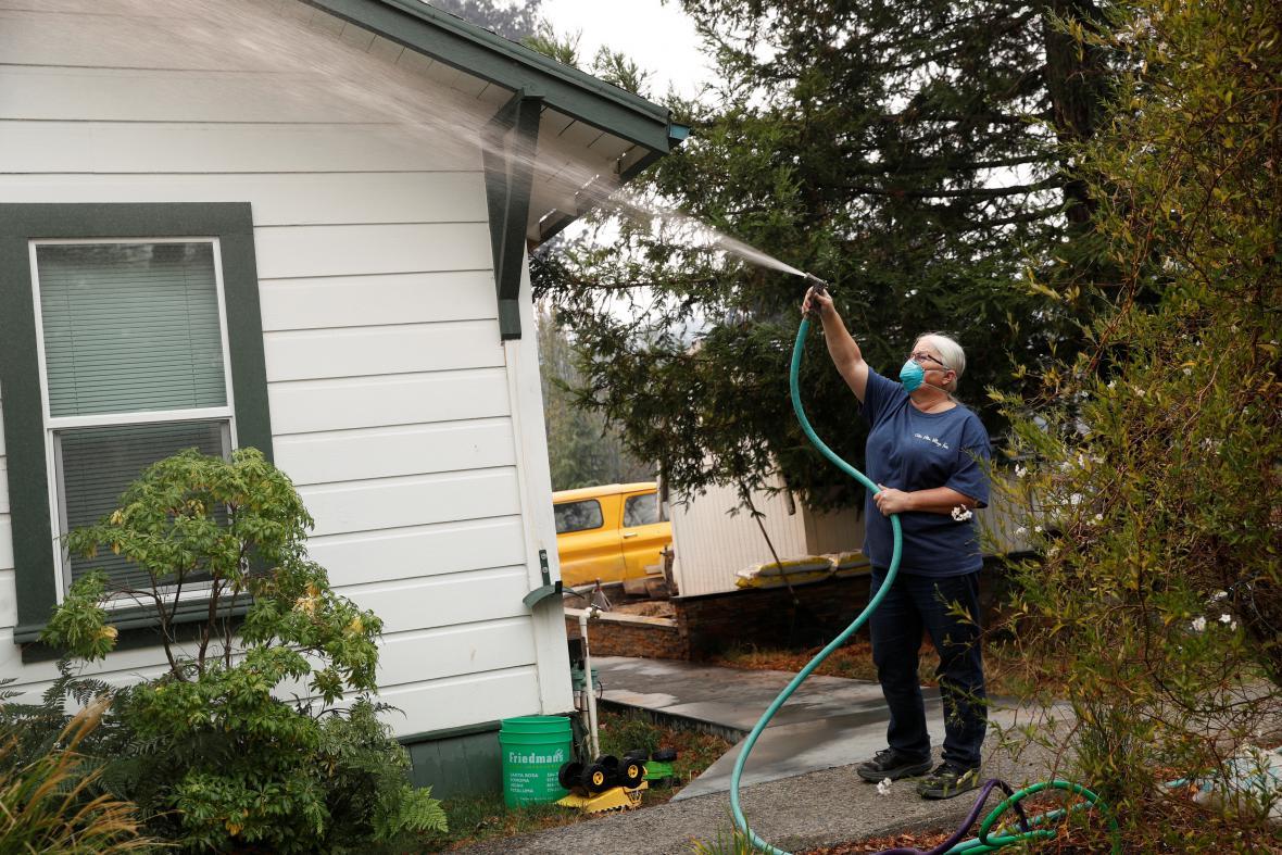 Žena ochlazuje svůj dům v Glen Ellen