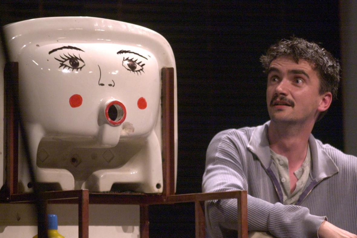 Martin Myšička s umyvadlem k sebeukájení v Příbězích obyčejného šílenství, 2002