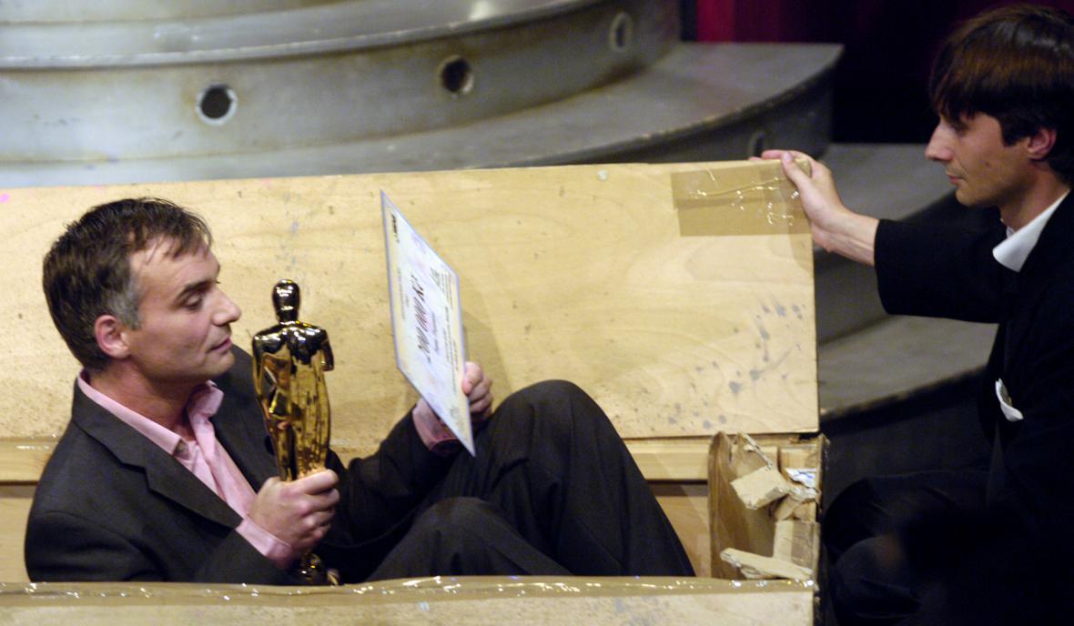 Ivan Trojan získal za roli Teremina cenu Divadelních novin, ze scény byl odnesen v krabici, vpravo jeho kolega Jaroslav Plesl, 2006