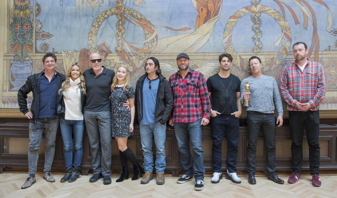 Herci a tvůrci filmu Alpha Code při natáčení v Česku