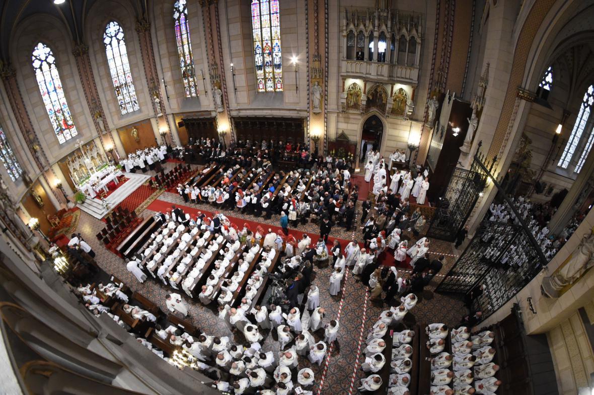 Svěcení biskupů přihlížela plná katedrála svatého Václava