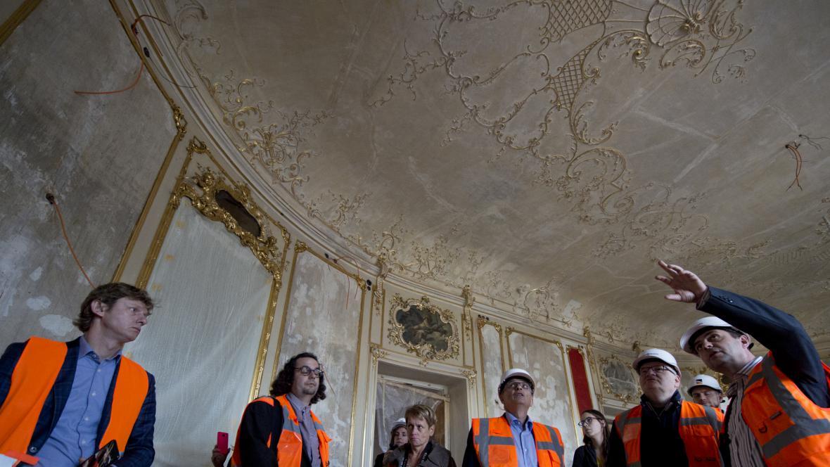 Daniel Herman (druhý zprava) při kontrolním dni rekonstrukce Státní opery (říjen 2017)
