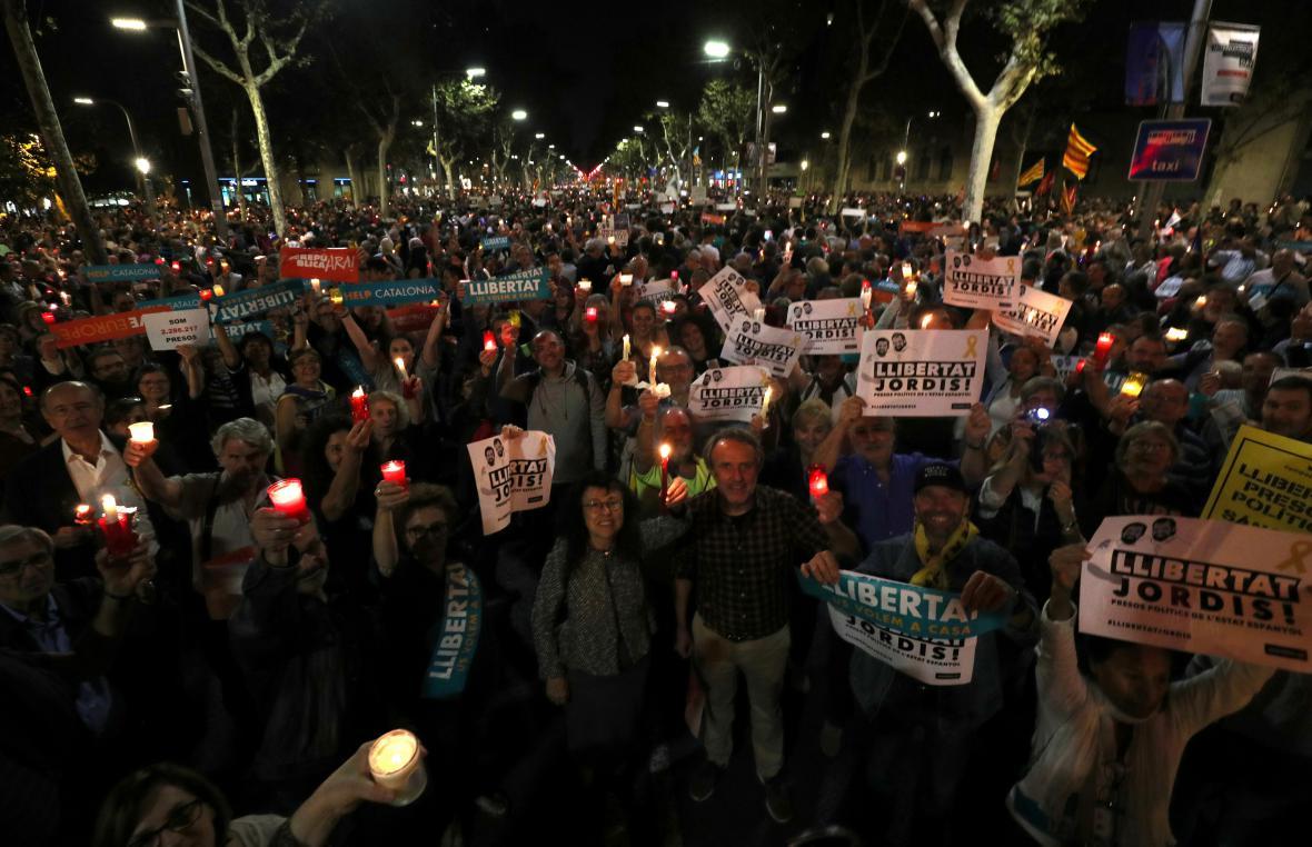Lidé s transparenty a svíčkami během demonstrace v Barceloně