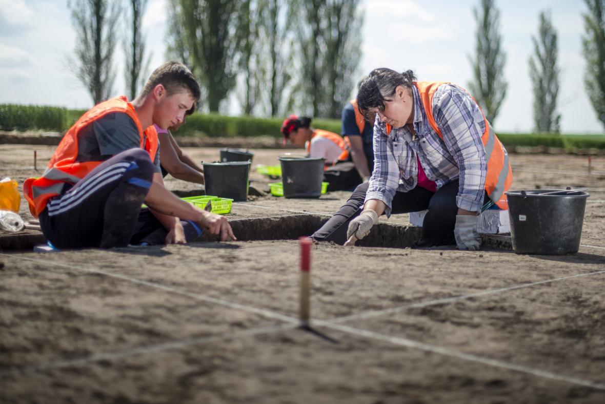 Archeologové u obce Lochenice, kde se podařilo objevit druh sopečného skla obsidián jako doklad dálkových kontaktů