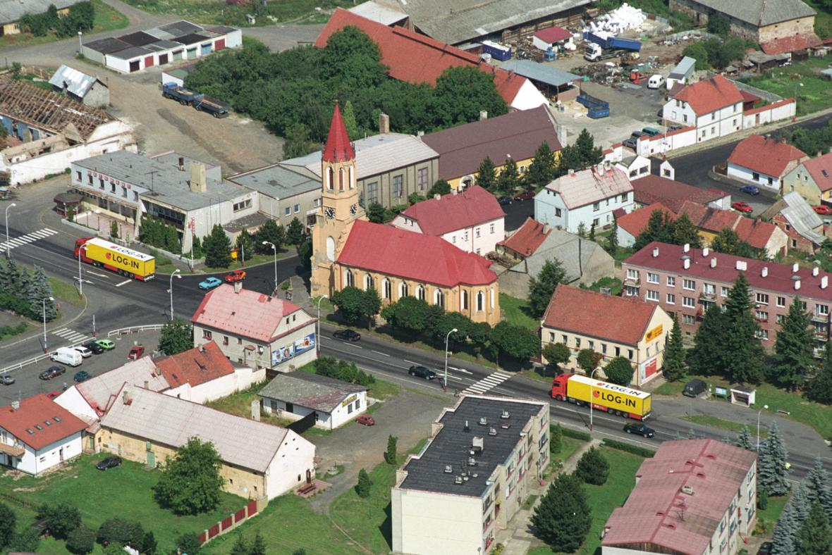 Veškerý provoz nyní vede přímo centrem Lubence, obci se má ulevit za tři roky
