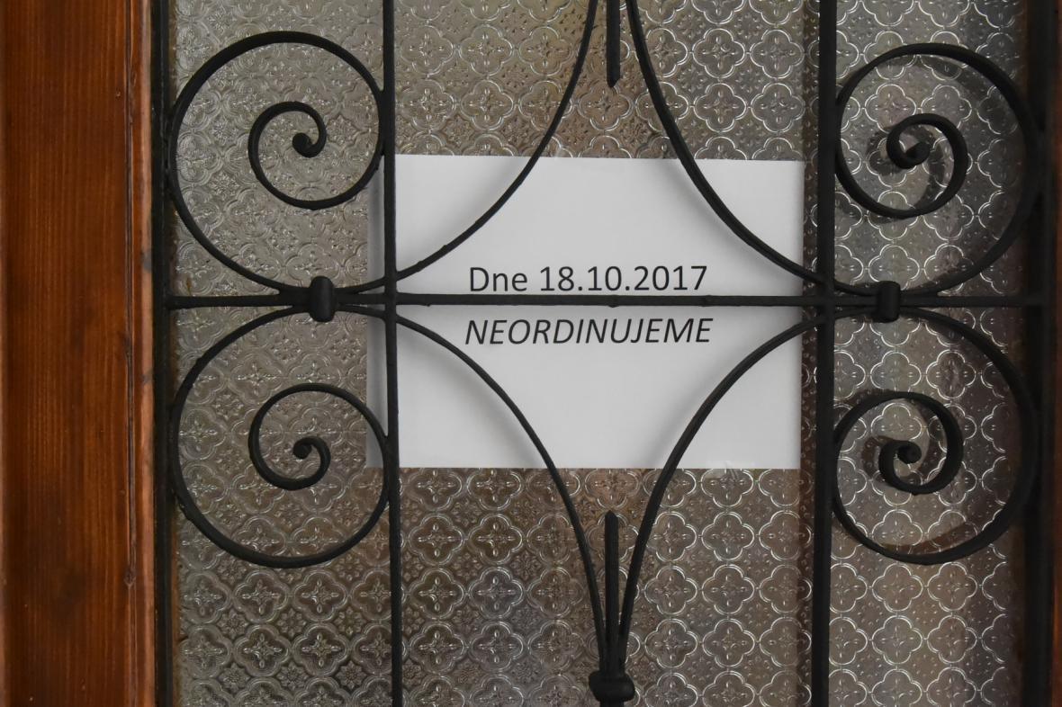 Upozornění pro pacienty na dveřích jedné z ostravských ordinací