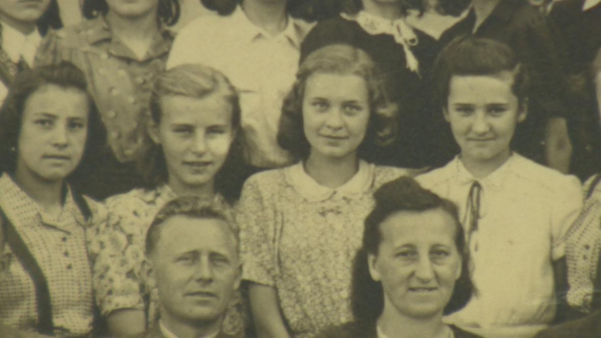 Marie Walterová (uprostřed) na školní fotografii