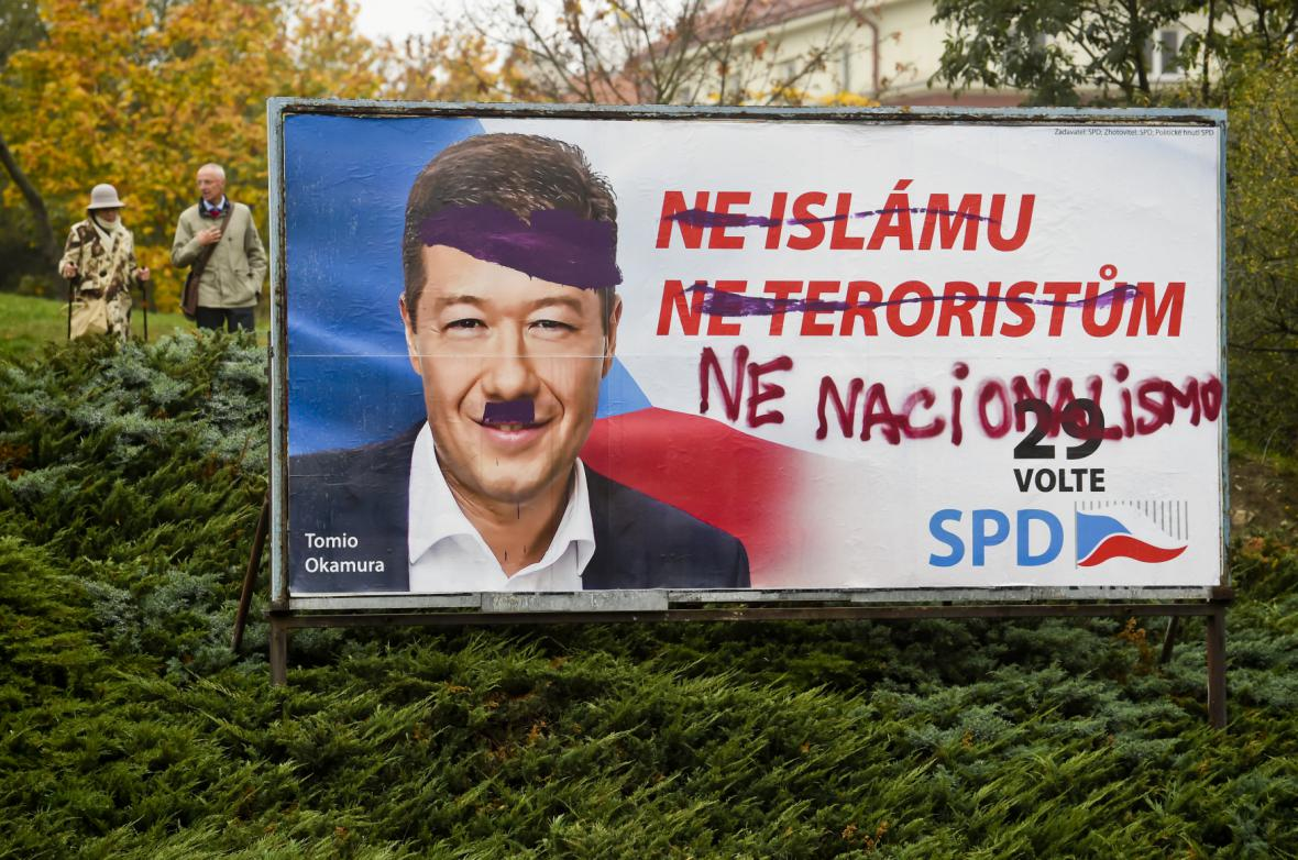 Ne každý Okamurovy názory sdílí. Na snímku pomalovaný billboard v Praze 3 (19.10.2017)