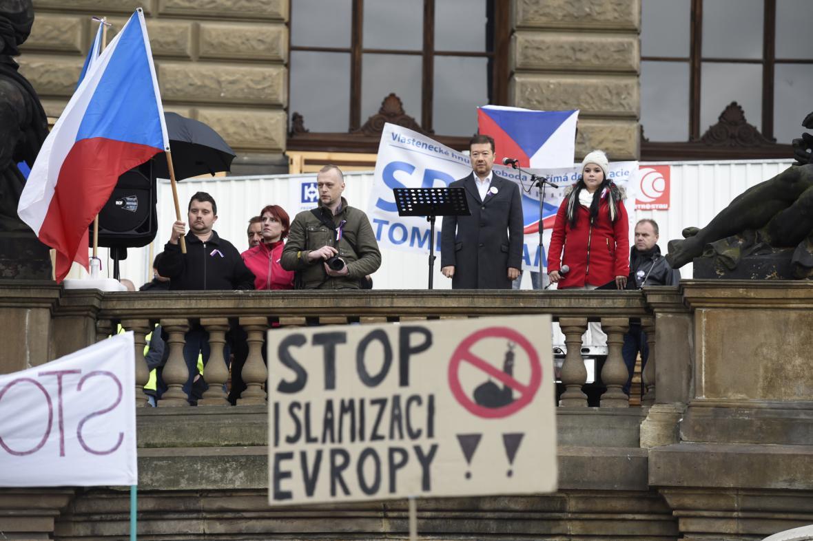 Tomio Okamura na demonstraci proti migraci na Václavském náměstí (17.10.2015)