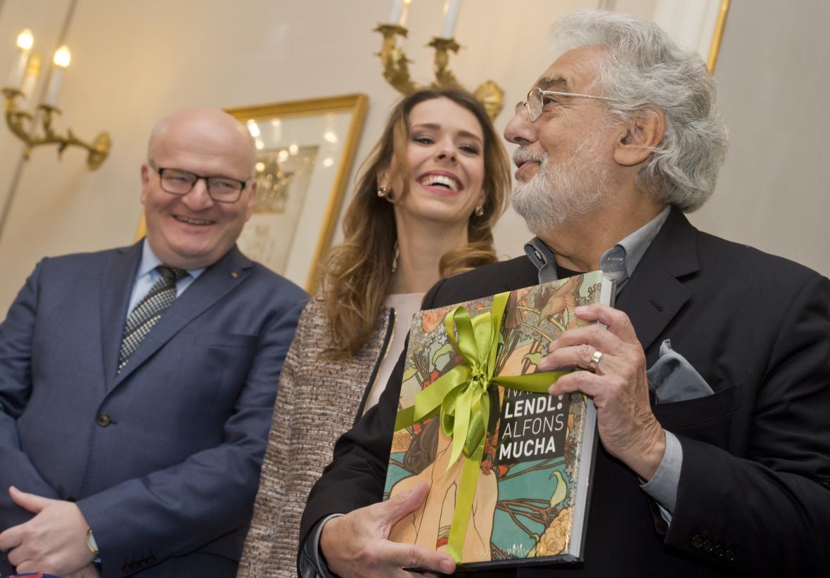 Zleva ministr kultury Daniel Herman (KDU-ČSL), vedoucí projektu Gabriela Boháčová a Plácido Domingo s darem