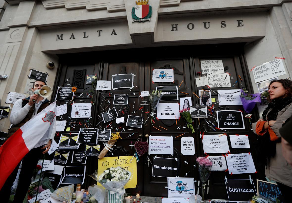 Protest před maltskou ambasádou v Londýně