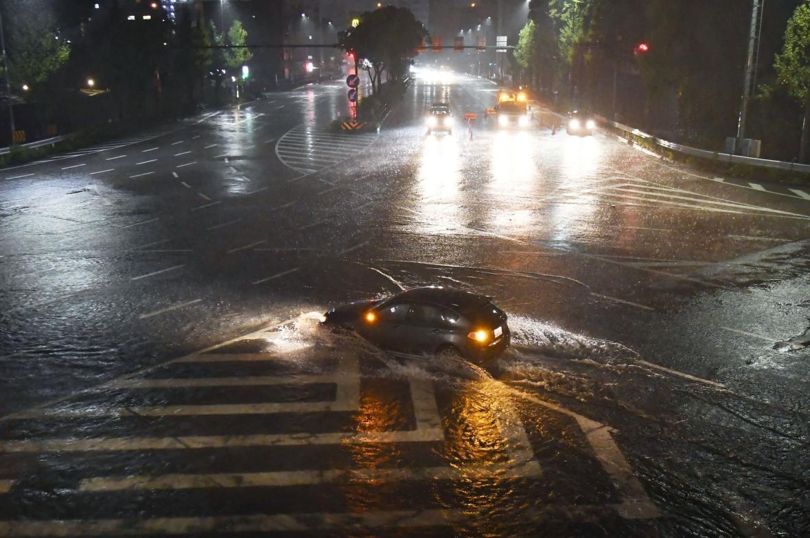 Tajfun Lan přinesl nad Japonsko prudké lijáky