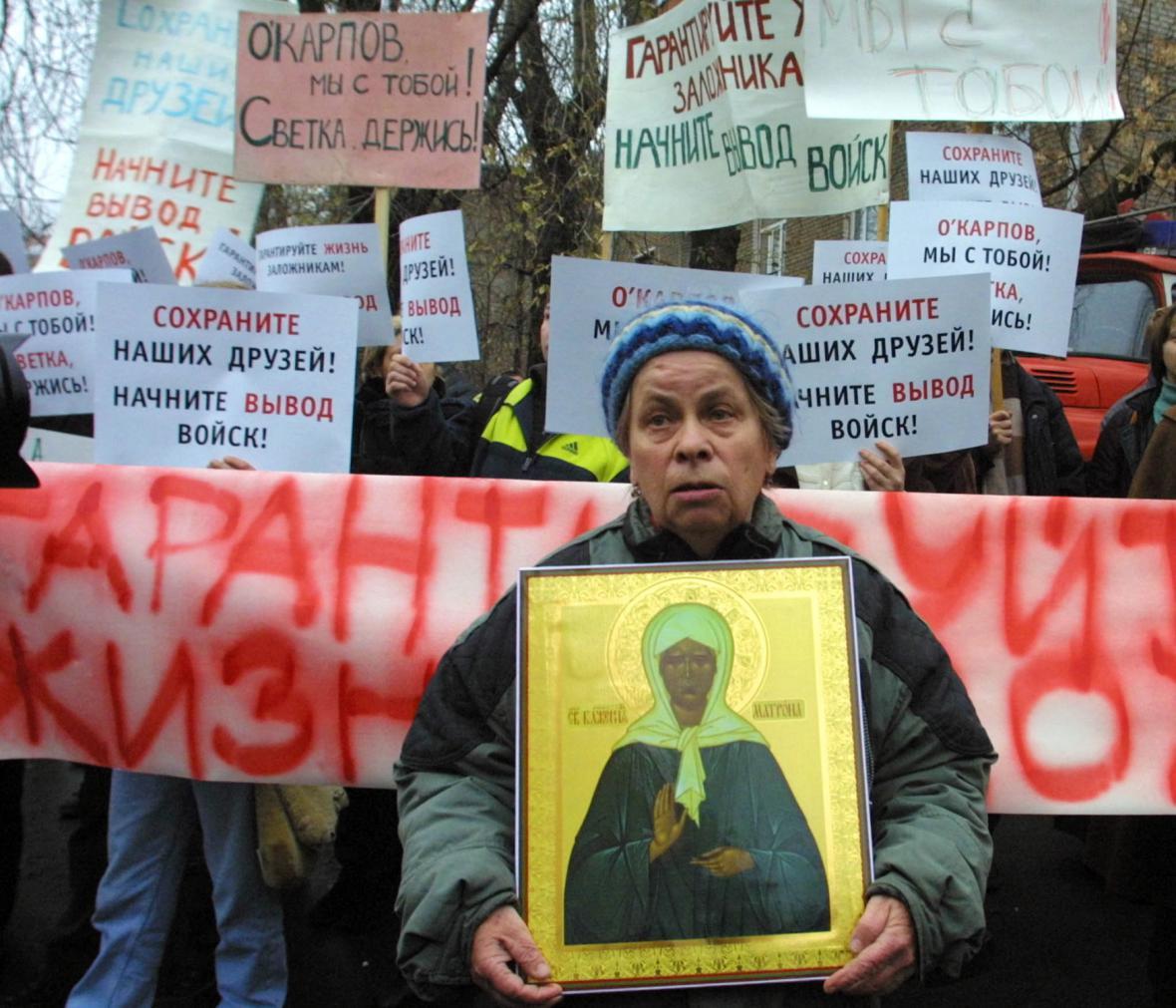 Protest proti zadržování lidí v divadle v Dubrovce
