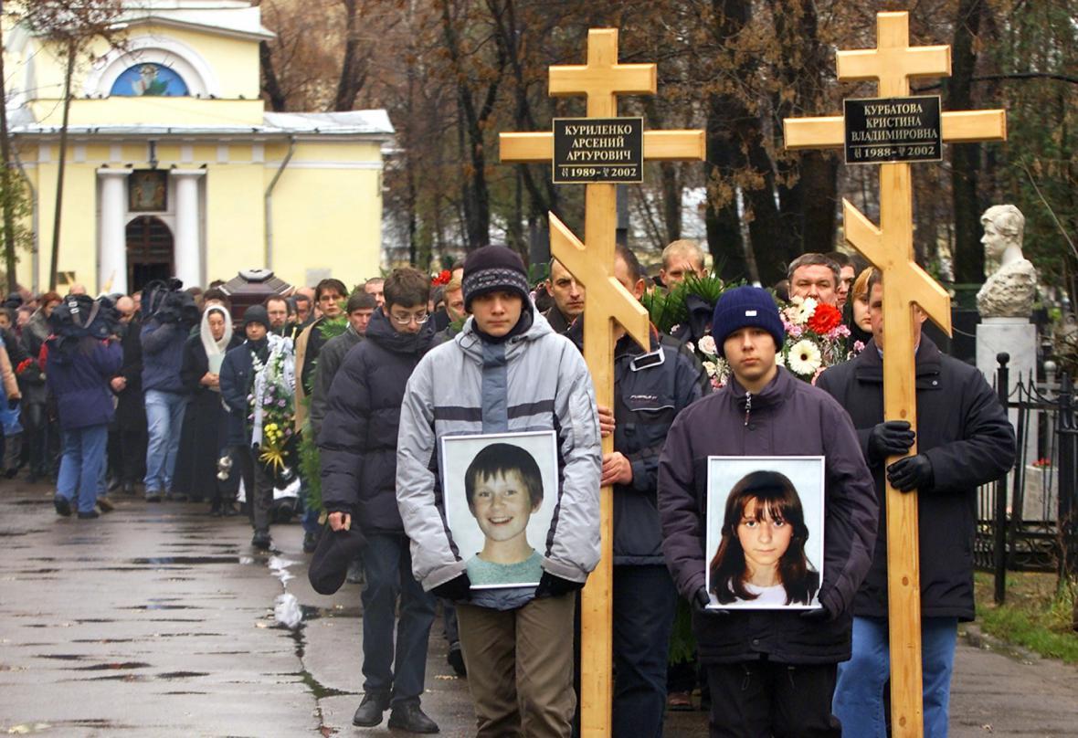 Pohřeb obětí v roce 2002