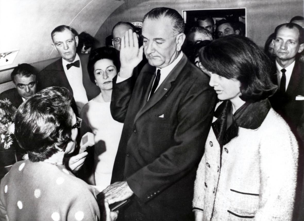 Prezidentský slib Lyndona B. Johnsona na palubě Air Force One krátce po vraždě J. F. Kennedyho