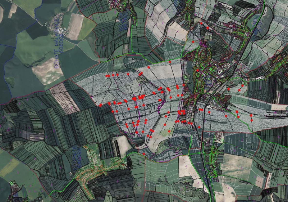 Červeně jsou vyznačeny pozemky, o které vede církev spor