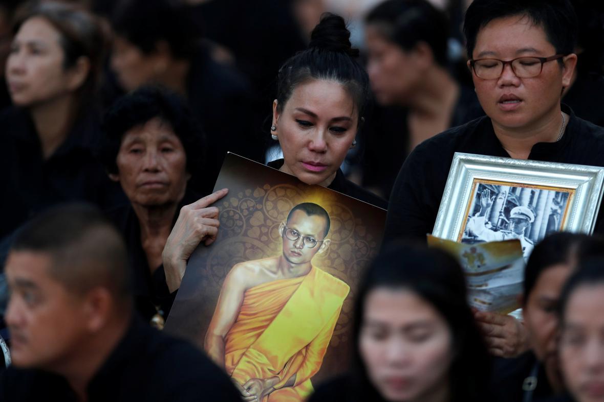Thajci oplakávají svého krále