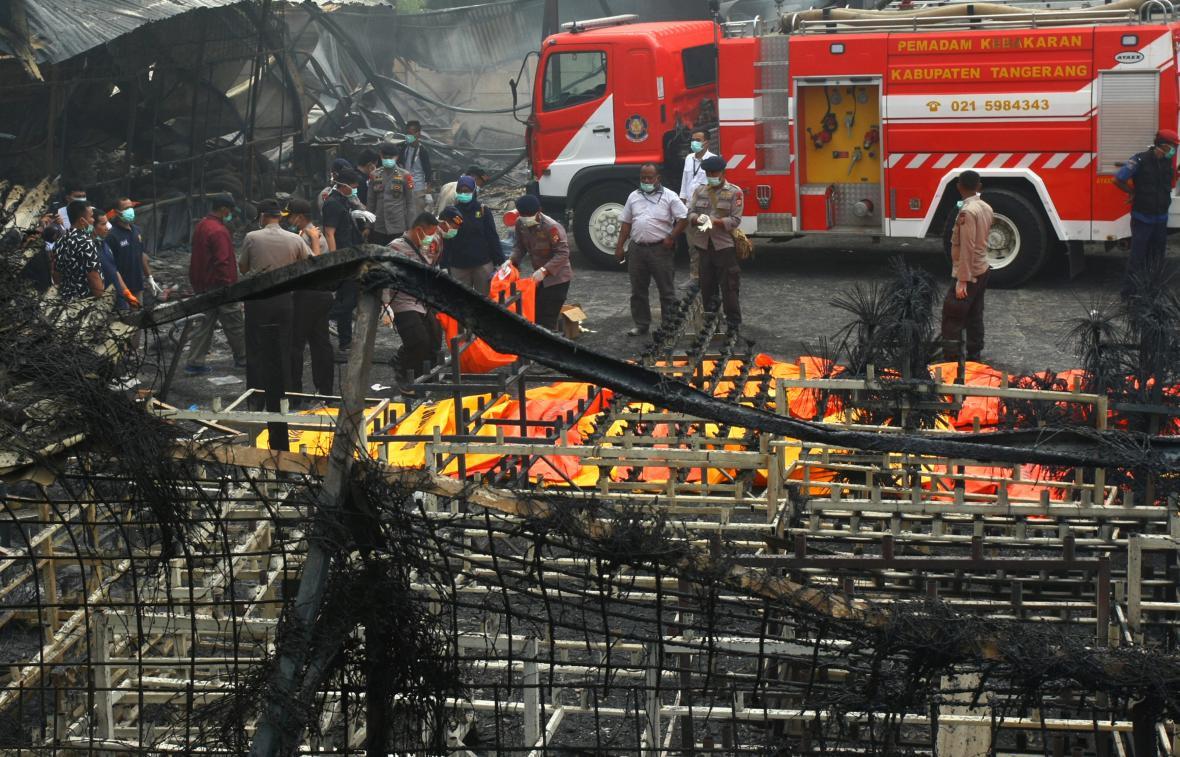Hasiči zakrývají těla obětí exploze