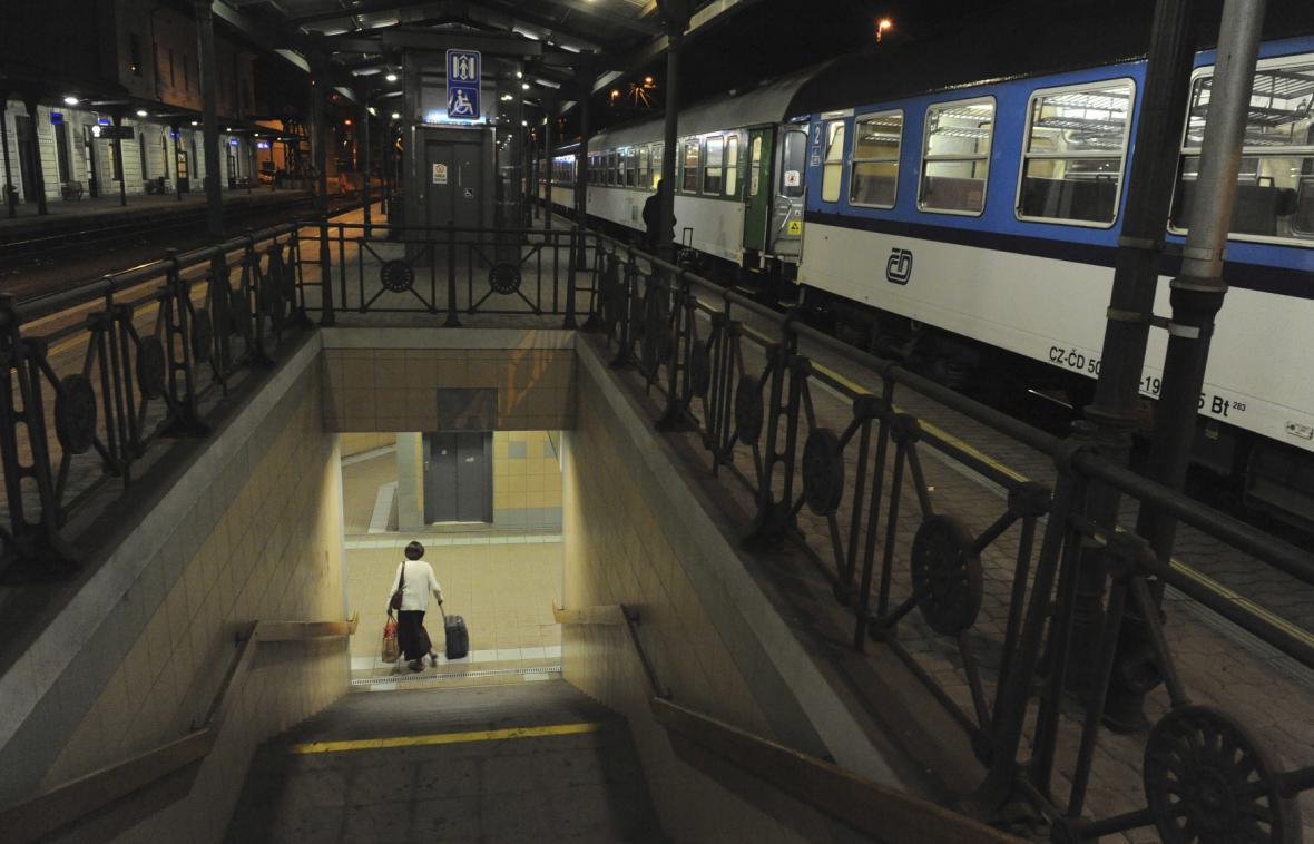 Stojící vlak v noci