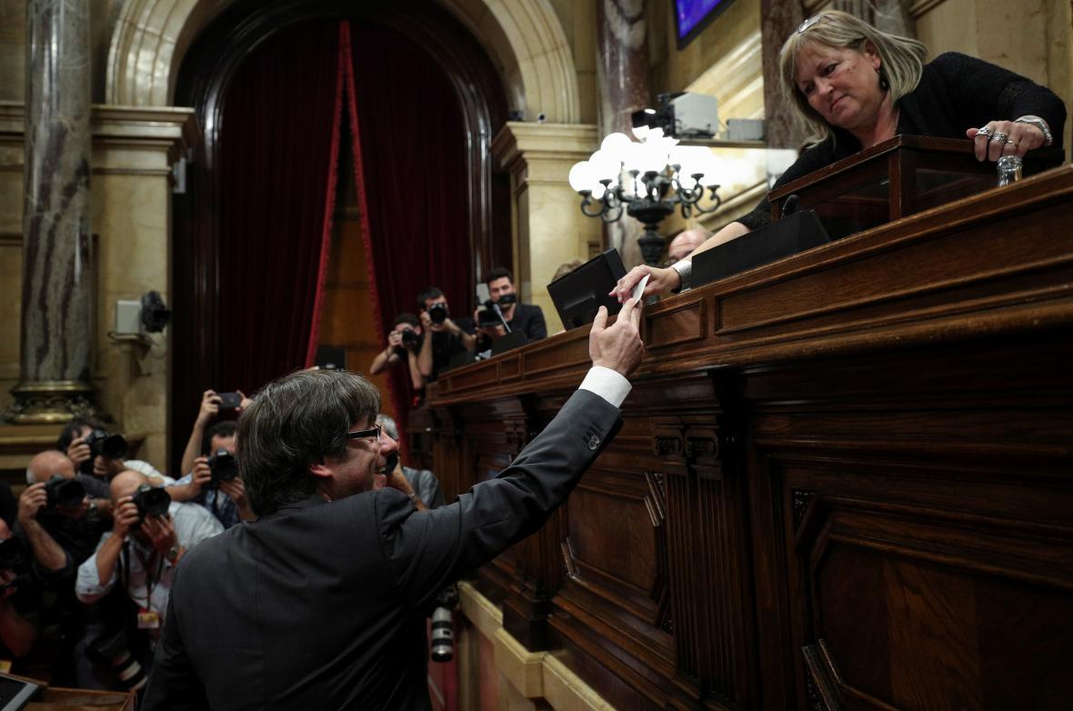 Premiér Puigdemont odevzdává svůj hlas