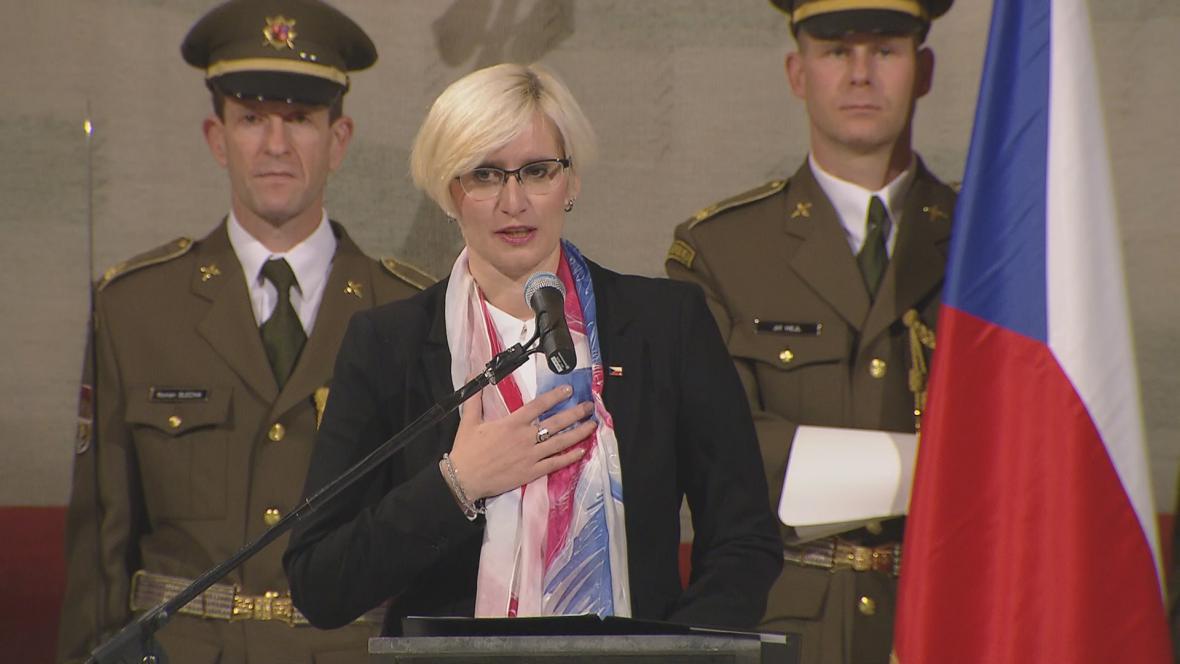 Ministryně Karla Šlechtová obdržela od Českého svazu bojovníků za svobodu medaili 1. stupně
