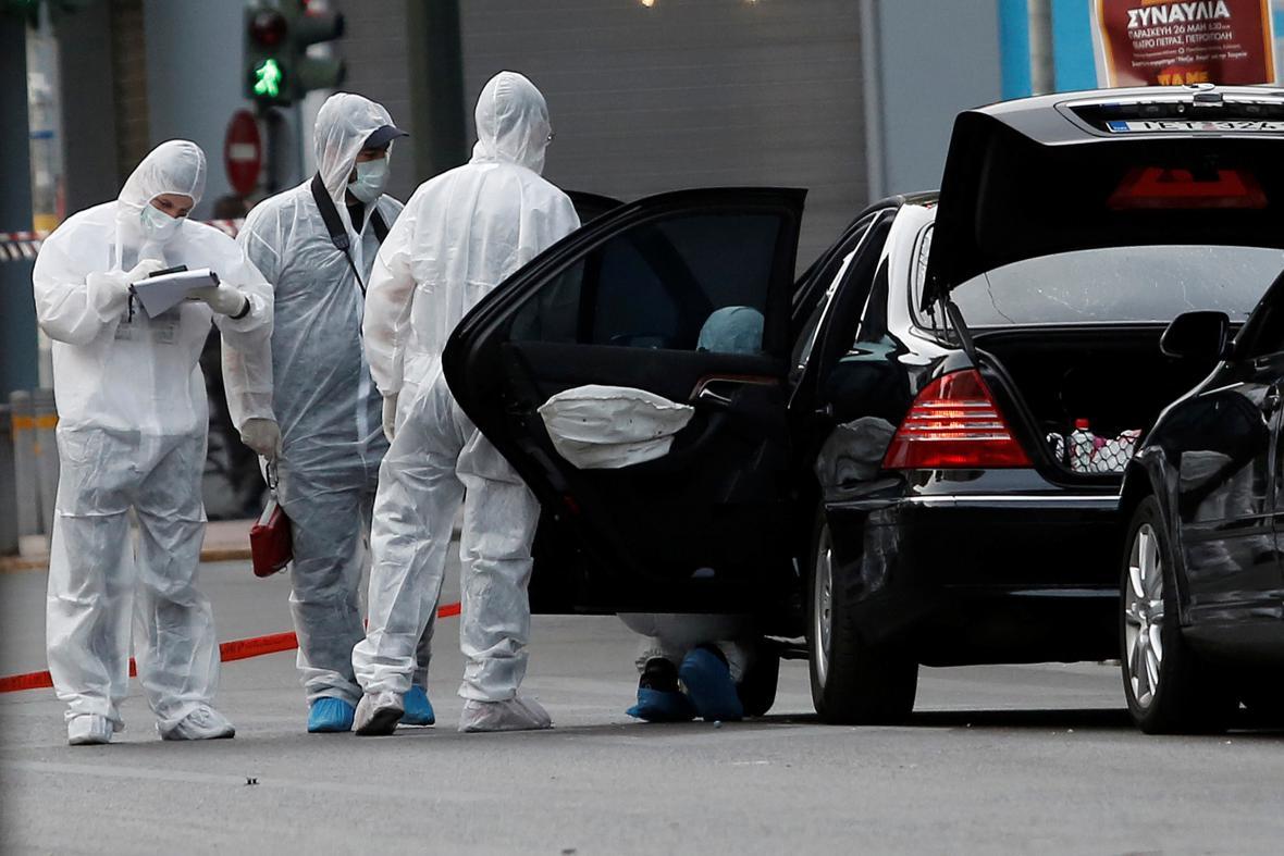 Kontrola auta bývalého řeckého předsedy vlády Lucase Papademose po detonaci obálky