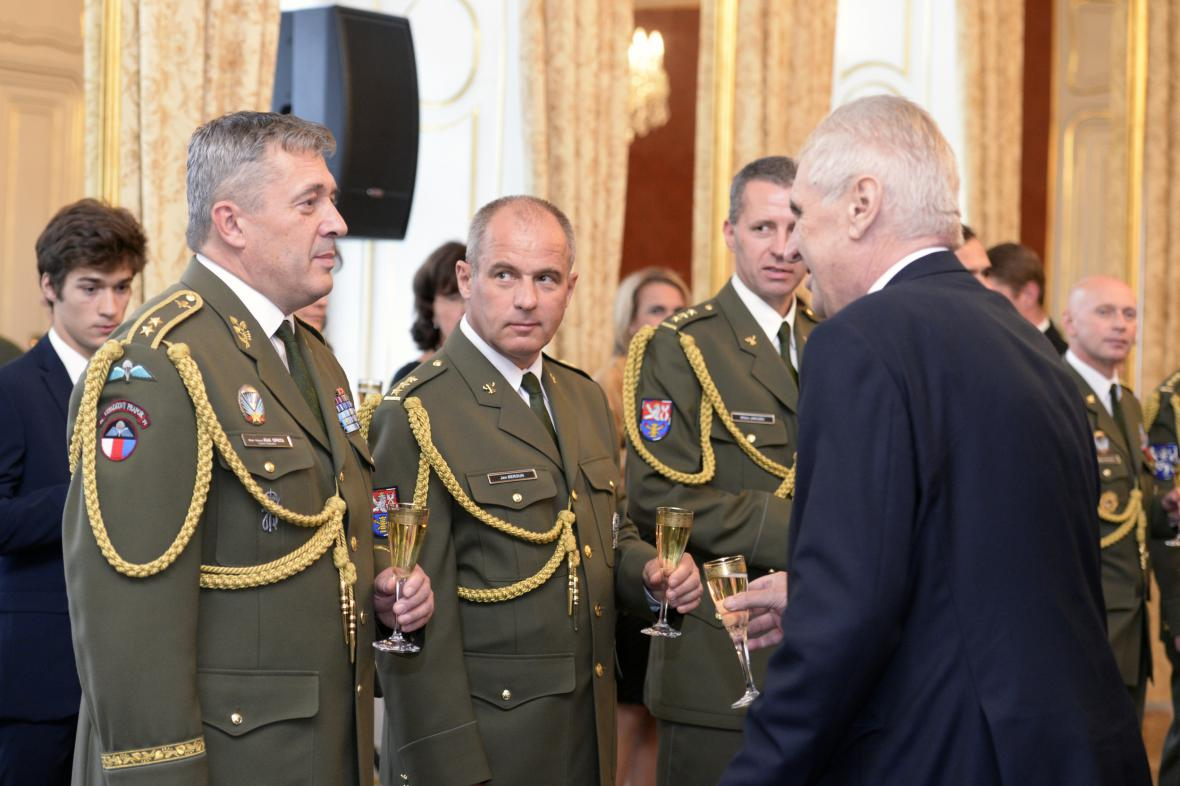 Prezident Zeman jmenoval u příležitosti 28. října osm nových generálů