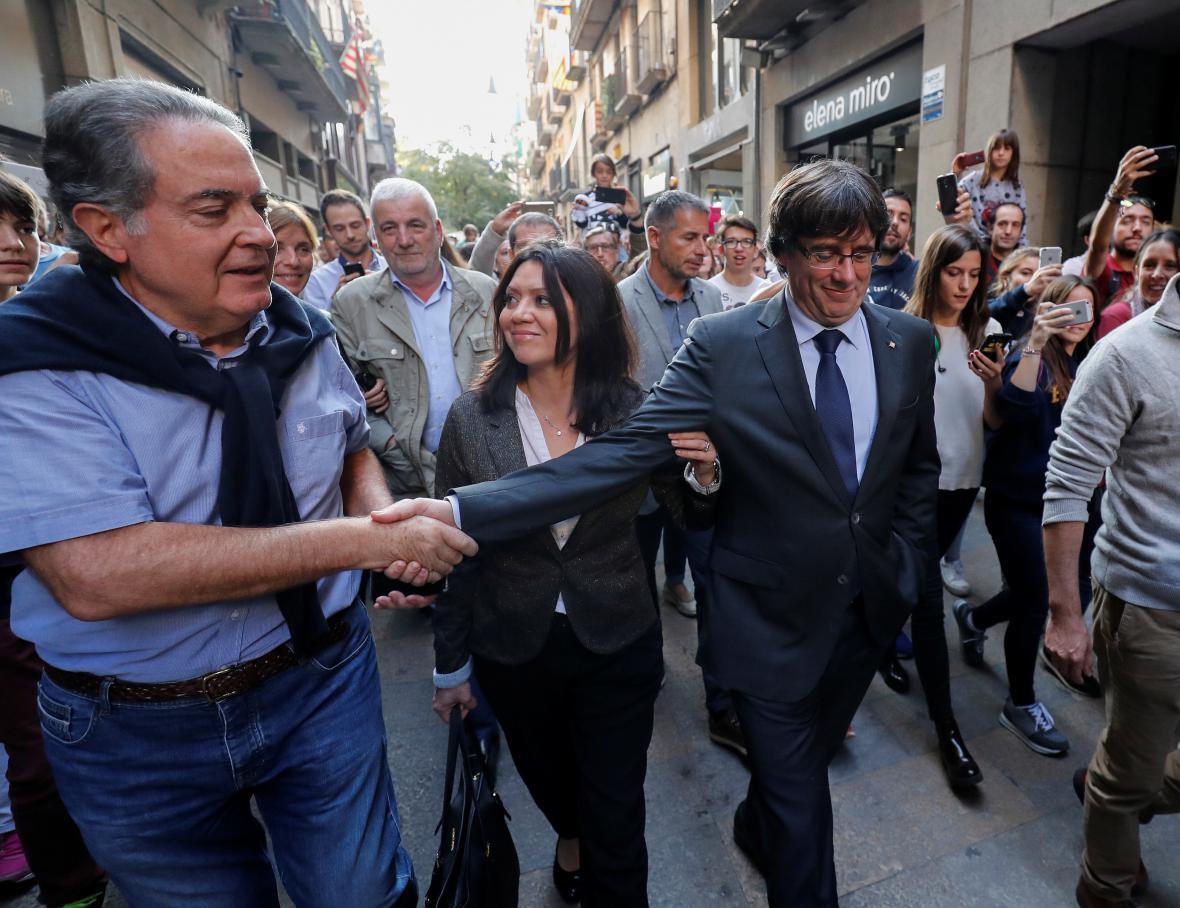 Sesazeného katalánského premiéra Carlese Puigdemonta (na fotografii s manželkou) v ulicích zdravili jeho příznivci