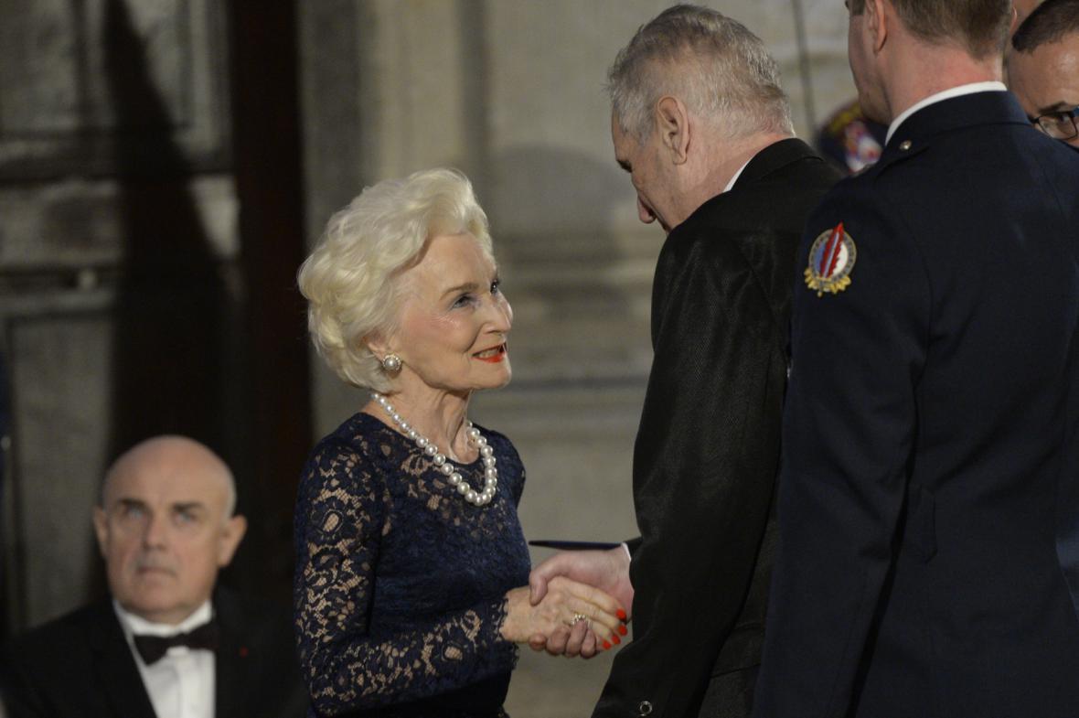 Bývalá poradkyně amerických prezidentů Eliška Hašková Coolidge převzala od českého prezidenta Miloše Zemana medaili za zásluhy.