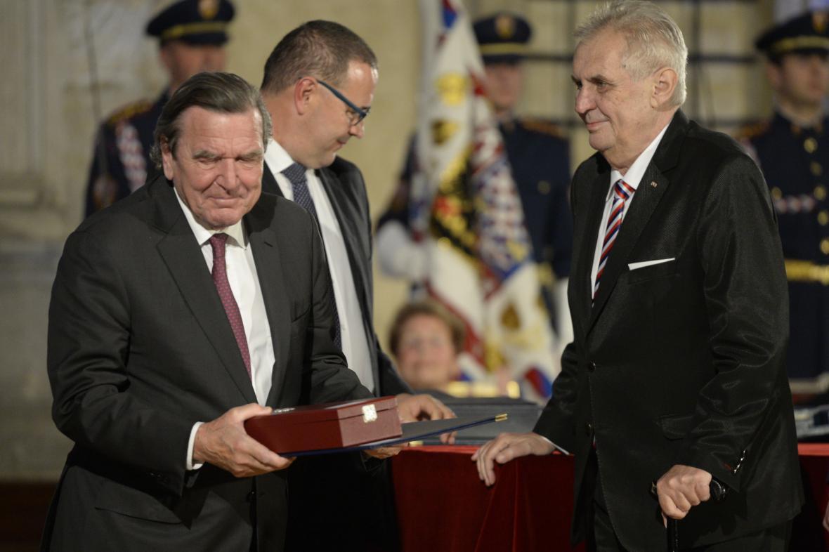 Bývalý německý kancléř Gerhard Schröder převzal Řád bílého lva