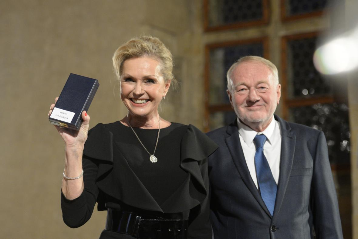 Zpěvačka Helena Vondráčková a herec Luděk Sobota převzali medaile za zásluhy