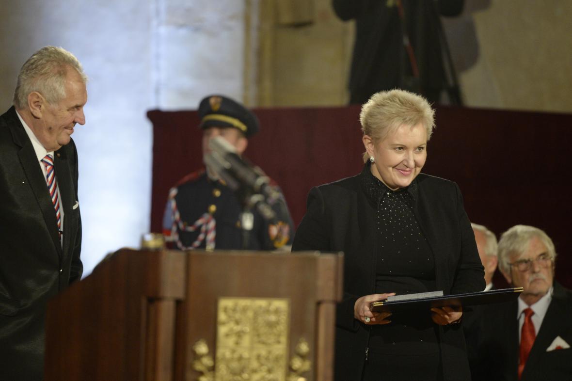 Operní pěvkyně Eva Urbanová převzala od Miloše Zemana medaili za zásluhy