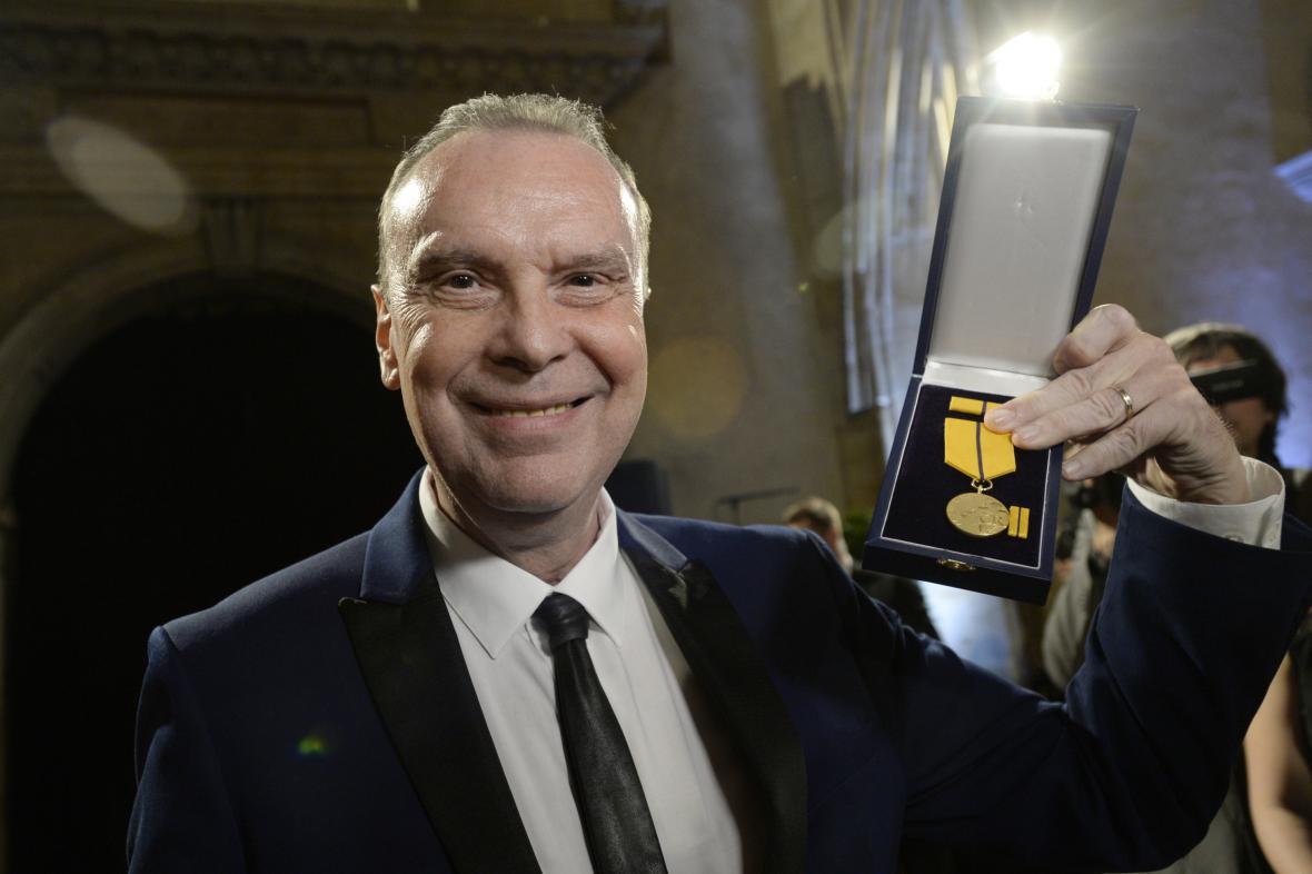 Operní pěvec Štefan Margita ukazuje medaili za zásluhy