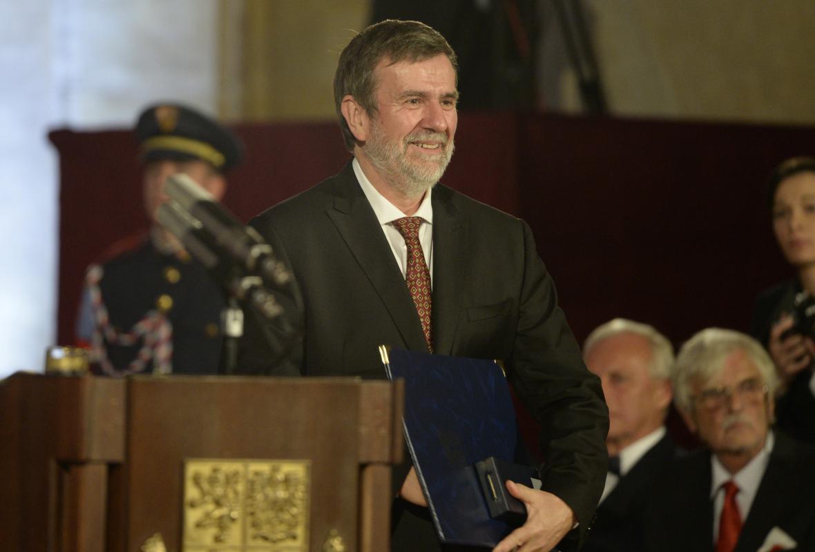 Historik Vlastimil Vondruška převzal od prezidenta Miloše Zemana medaili za zásluhy