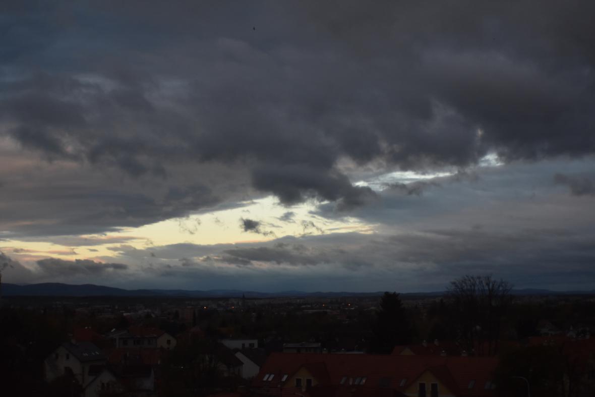 Mraky a vítr nad Českými Budějovicemi